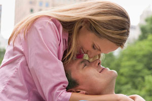 Photo: couple kissing // Thinkstock