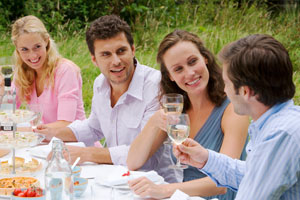 Photo: Friends eating // Thinkstock