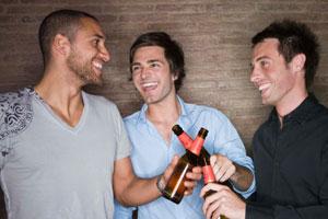 Photo: Men drinking beer // iStock