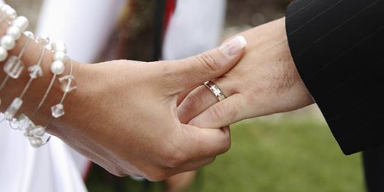 Marriage rates at a new low / CostinT/Getty Images