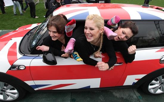 28 women gymnasts fit in a MINI Cooper (© BMW GroupO