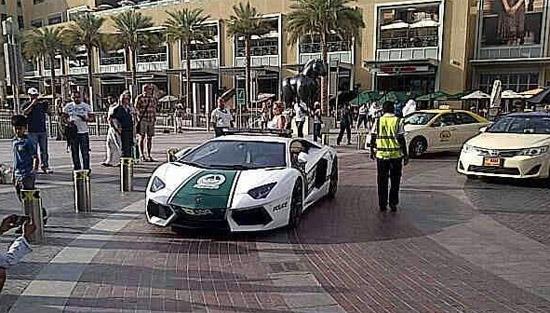 Lamborghini Aventador police car (c) Dubai Police