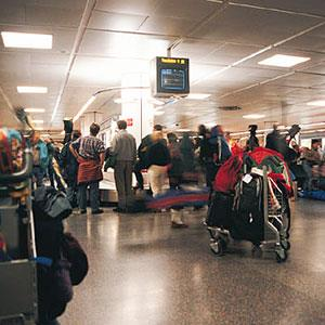 Image: Airport baggage claim (© Digital Vision/Getty Images)