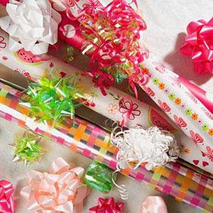 Image: Gift wrap (© Image Source/Jupiterimages/Jupiterimages)