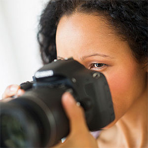 Hispanic woman taking photographs with camera © JGI, Tom Grill, Blend Images, Getty Images
