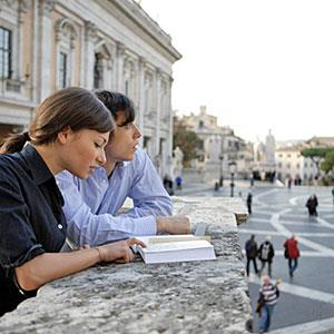 Image: Couple reading guidebook in Rome (© SIMON WATSON/Lifesize/Getty Images)