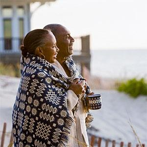 Couple wrapped in blanket © Ariel Skelley, Blend Images, Getty Images