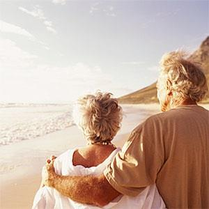 Senior couple embracing on beach, rear view © Digital Vision, Digital Vision, Getty Images