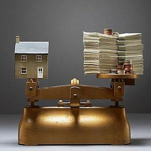 Image: House and money on scales (© MOODBOARD/age fotostock)