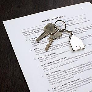Image: A rental agreement and two keys on a house shaped key ring © Epoxydude, fStop, Getty Images