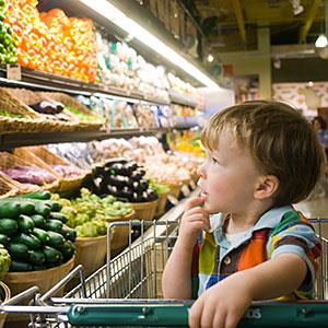Toddler in supermarket © Susan Barr Photodisc Getty Images
