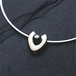 Platinum necklace, high angle view, black background © DAJ, amana images, Getty Images