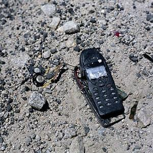 Image: Damaged cell phone (© Nick Koudis/Getty Images)