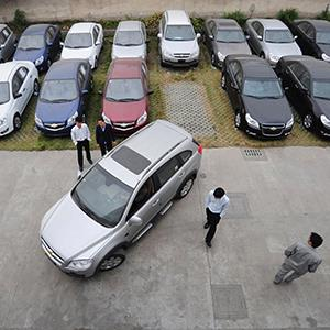 File photo of customers looking at a Chevrolet car at a General Motors auto dealership (© Stringer/Newscom/Reuters)