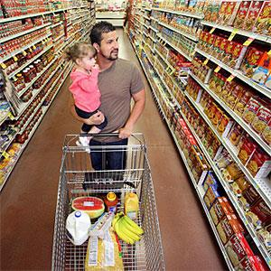 Dad and daughter at grocery store. © Katrina Wittkamp, Lifesize, Getty Images