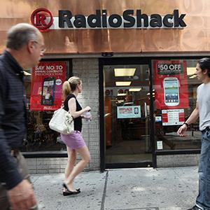 People walk past a RadioShack store in Manhattan on July 26, 2012 in New York City (© Mario Tama/Getty Images)