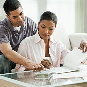 Couple paying bills in living room © Jose Luis Pelaez Inc, Blend Images, Corbis
