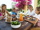 Image: Parents and children eating at table © Maria Teijeiro/Digital Vision/Getty Images