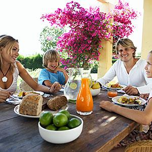 Logo: Parents and children eating at table Maria Teijeiro, Digital Vision, Getty Images