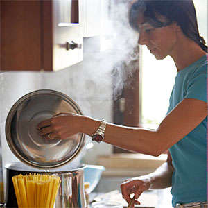 Logo: Woman cooking (Ableimages, Lifesize, Getty Images)