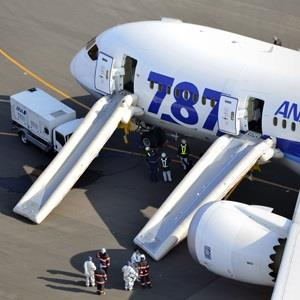 Image: An All Nippon Airways flight sits at Takamatsu airport in Takamatsu, western Japan after it made an emergency landing Wednesday, Jan. 16, 2013 (© Yasufumi Nagao/AP Photo)