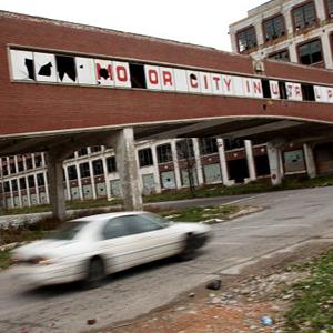 A car drives past the remains of the Packard Motor Car Company in Detroit, Mich., on November 19, 2008 (© Spencer Platt/Getty Images)