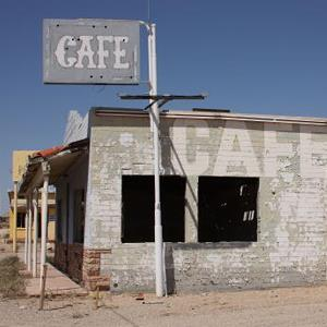 A disused cafe in a ghost town off Highway I40 in Arizona on September 3, 2008 (© Nina Raingold/Getty Images)