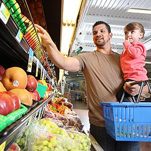 Image: Dad and daughter selecting produce  Katrina Wittkamp/Lifesize/Getty Images