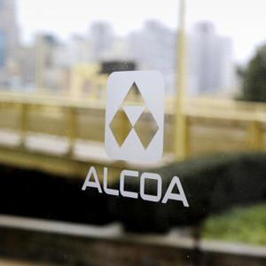 An Alcoa logo is seen on glass at the corporate headquarters in Pittsburgh, Pennsylvania (© Jeff Swensen/Getty Images)