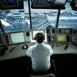 Air traffic controller in tower (© Fotodesign Holzhauser/F1online/Getty Images)