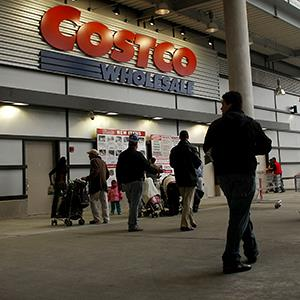 File photo of people entering a Costco warehouse store in New York City (© Spencer Platt/Getty Images)