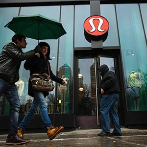 Pedestrians walk past a Lululemon Athletica store in New York on March 19, 2013 (© Lucas Jackson/Newscom/Reuters)