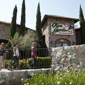 People walk into an Olive Garden restaurant in Huntington Beach, Calif. on June 19, 2012 (© Jae C. Hong/AP Photo)