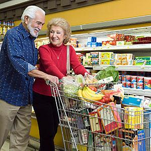 Senior couple shopping in supermarket (© moodboard, the Agency Collection, Getty Images)