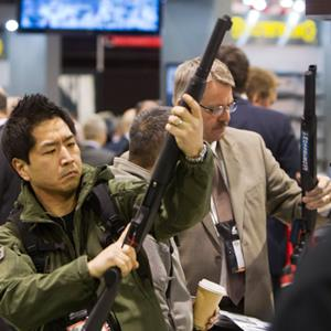 A man looks at Mossberg shotgun during the annual SHOT Show in Las Vegas (© Steve Marcus / Reuters)