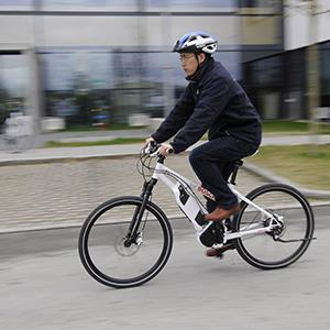 A Bosch employee rides on an e-bike at the Bosch plant in Kusterdingen, Germany (© Daniel Maurer/dapd/AP Photo)