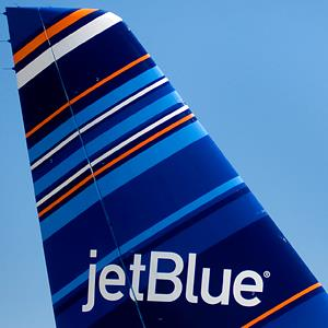 A JetBlue jet at the San Diego International Airport, on June 19, 2012 (© Sam Hodgson/Bloomberg via Getty Images)