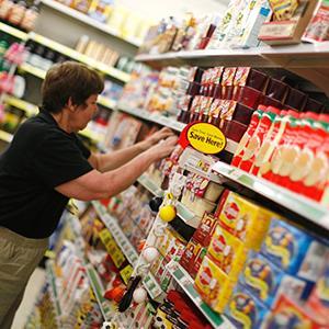 Manager Doris Oransky arranges merchandise at a Dollar General store in Arvada, Colorado on June 2, 2009 (© Rick Wilking/Newscom/Reuters)