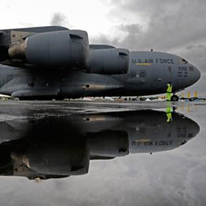 A U.S. Air Force Globemaster3 C-17A in England, on July 7, 2012 (© Luke MacGregor/Reuters)