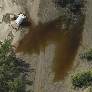 Crude oil leaking from a flood damaged tank close to the South Platte river, south of Milliken Colorado on September 19, 2013 (© Andy Cross/The Denver Post via Getty Images)