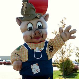 Piggly Wiggly mascot in front of a store (© Piggly Wiggly (Wisconsin & Illinois) via Facebook)