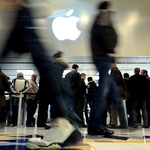 File photo of people at the Apple store in Saint-Herblain, western France (© JEAN-SEBASTIEN EVRARD/AFP/Getty Images)