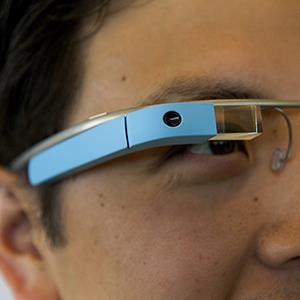 Google's Ray Liu demonstrates Project Glass glasses in San Francisco © David Paul Morris/Bloomberg via Getty Images