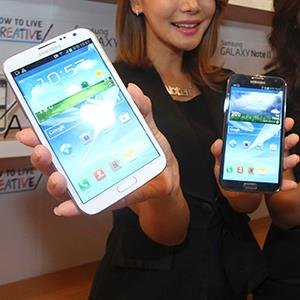 Models pose with Samsung Electronics' new Galaxy Note 2 in Seoul on September 26, 2012 (© Lee Jae-Won/Newscom/Reuters)