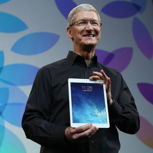 Apple CEO Tim Cook holds up the new iPad Air during an event in San Francisco on Oct. 22, 2013 © Robert Galbraith/Reuters