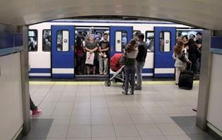 Trabajadores en el metro de Madrid intentando llegar a su puesto de trabajo. Foto: GTRes