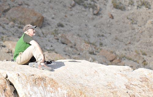 Sebastián Álvaro, en Paiyu, contemplando la grandeza del Baltoro. Foto: Ana Marcos