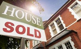 Sold sign in front of house (© Nick White/Cultura/Getty Images)