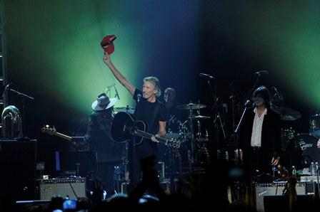 Roger Waters holds up a cap given to him by Levon Helm. Photo by Bryan Bedder/Ivnsion/AP