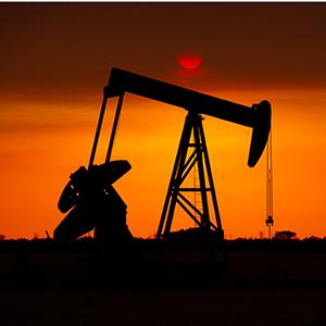Oil well in west Texas at sunset © Brandon Jennings/Getty Images